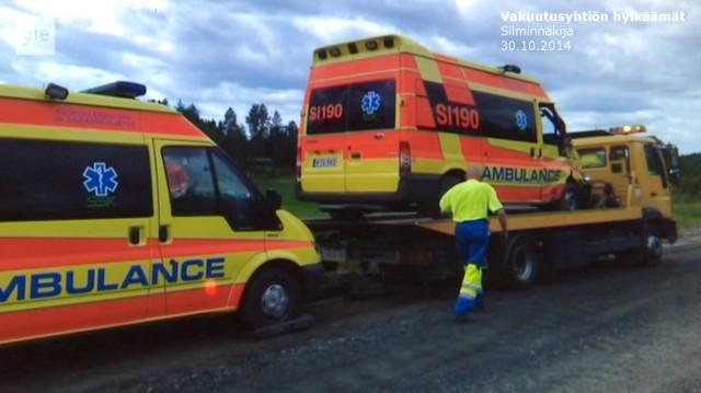 Tapaus_Silminnäkijä 30102014_Kolari Ambulanssi lavetilla_Pekka Häkkinen
